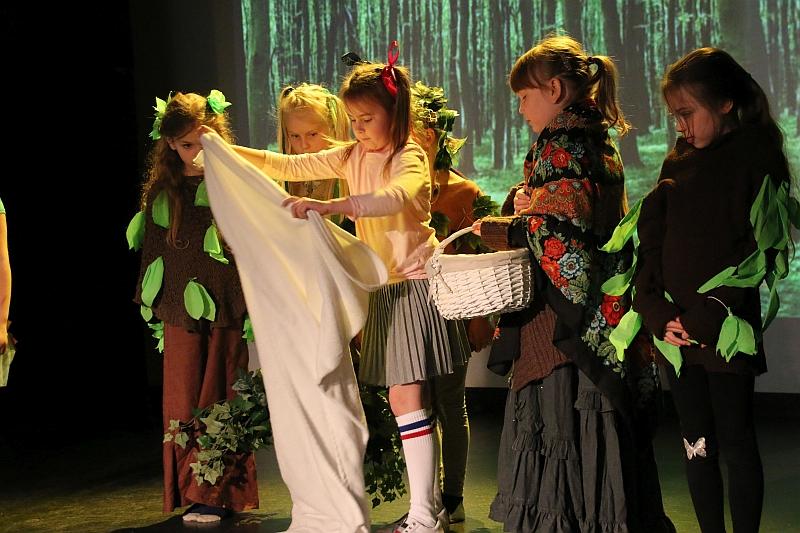 Koło teatralno-artystyczne klas II i III - zdjęcie 3