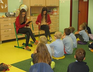 gimnazjalista czyta dzieciom